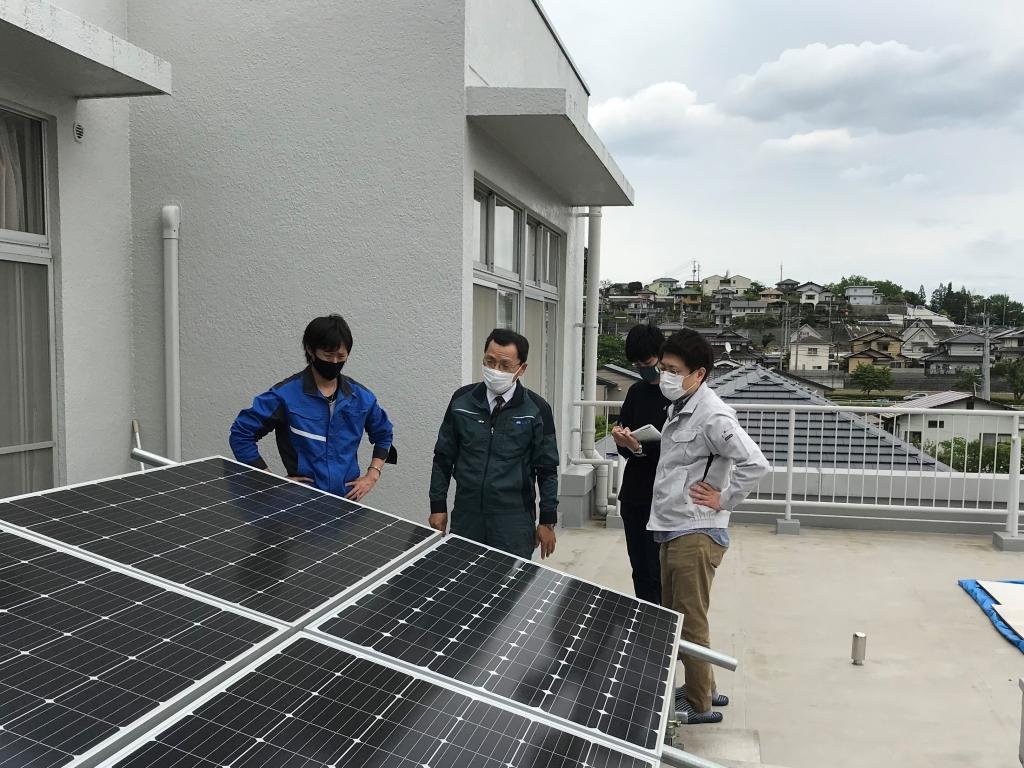 ガットラボに設置された太陽光パネルを見学